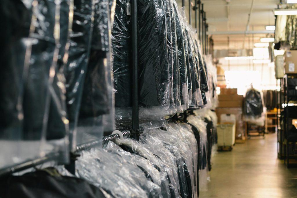 Čistírna oděvů poskytuje čištění a manipulaci ve vysoké kvalitě.